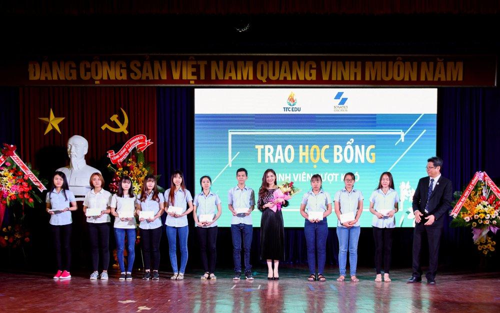 Giang Hong Ngoc danh cat-xe lam hoc bong cho sinh vien ngheo hinh anh 7