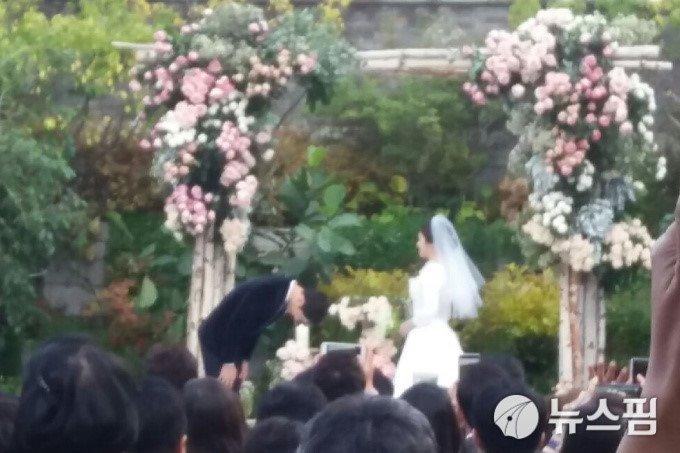 Song Joong Ki hon Song Hye Kyo say dam trong le cuoi hinh anh 9
