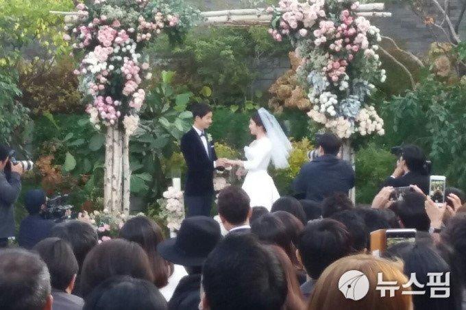 Song Joong Ki hon Song Hye Kyo say dam trong le cuoi hinh anh 11