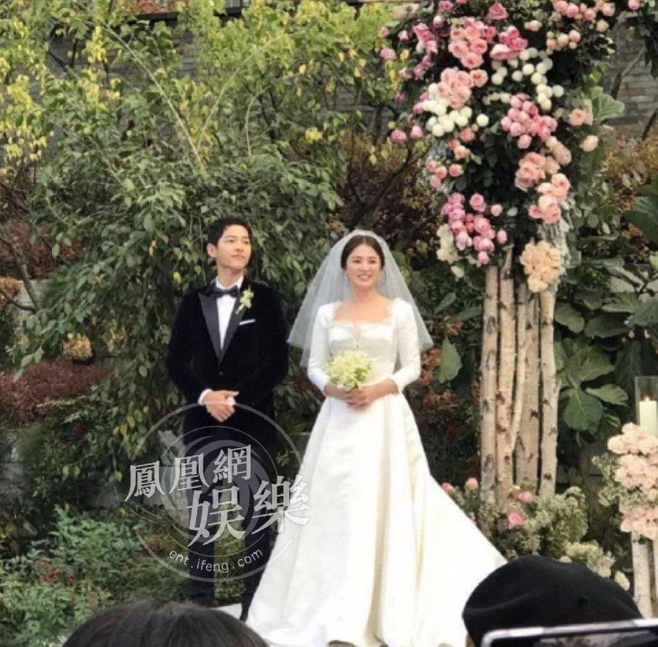 Song Joong Ki hon Song Hye Kyo say dam trong le cuoi hinh anh 14