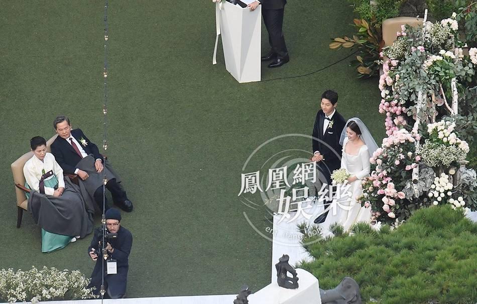 Song Joong Ki hon Song Hye Kyo say dam trong le cuoi hinh anh 15