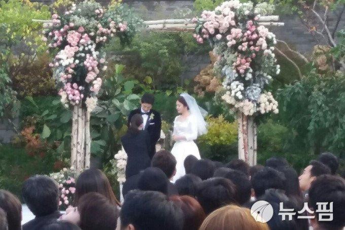 Song Joong Ki hon Song Hye Kyo say dam trong le cuoi hinh anh 10