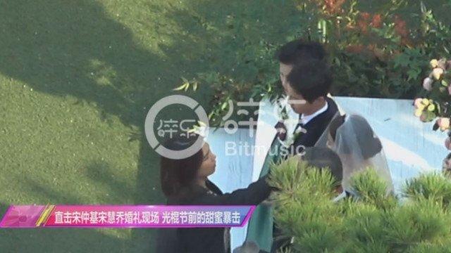 Song Joong Ki hon Song Hye Kyo say dam trong le cuoi hinh anh 2