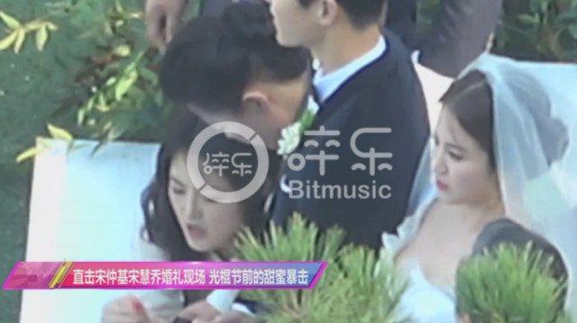 Song Joong Ki hon Song Hye Kyo say dam trong le cuoi hinh anh 1