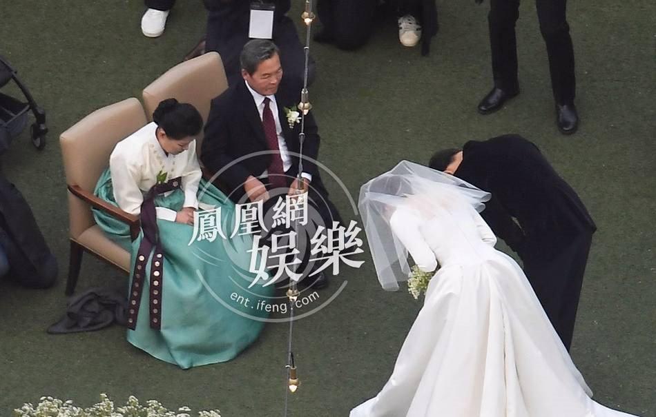 Song Joong Ki hon Song Hye Kyo say dam trong le cuoi hinh anh 17