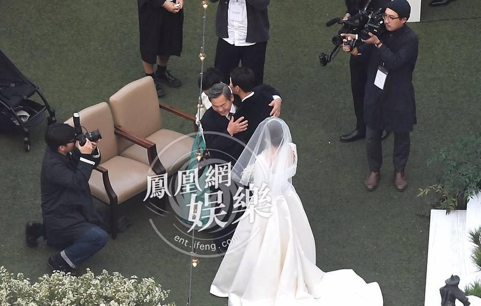Song Joong Ki hon Song Hye Kyo say dam trong le cuoi hinh anh 18