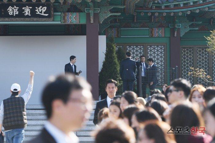 Song Joong Ki hon Song Hye Kyo say dam trong le cuoi hinh anh 20