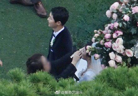 Song Joong Ki hon Song Hye Kyo say dam trong le cuoi hinh anh 3