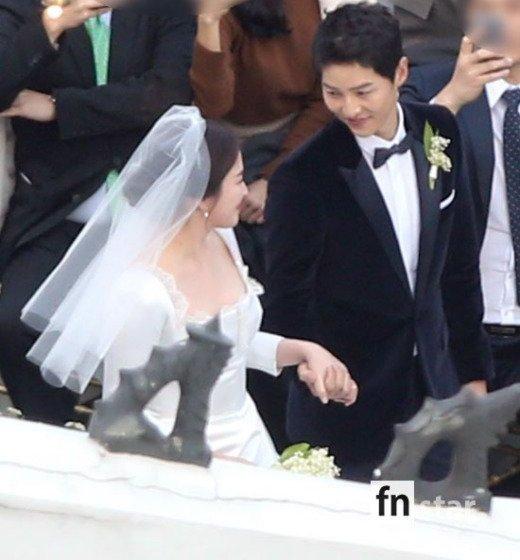 Song Joong Ki hon Song Hye Kyo say dam trong le cuoi hinh anh 8