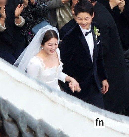 Song Joong Ki hon Song Hye Kyo say dam trong le cuoi hinh anh 7