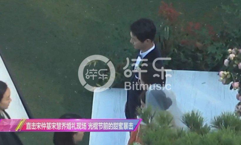 Song Joong Ki hon Song Hye Kyo say dam trong le cuoi hinh anh 6