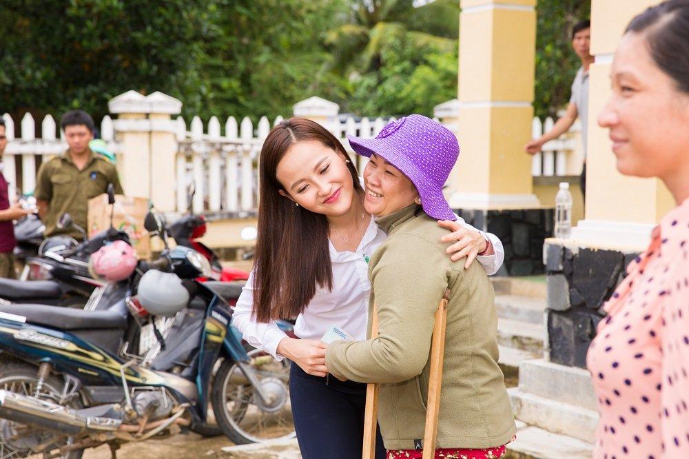 Hoa hau Khanh Ngan ung ho 200 trieu dong cho ba con Phu Yen hinh anh 7