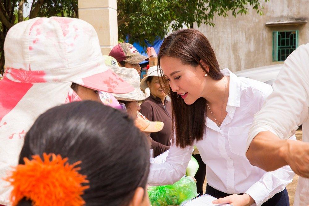 Hoa hau Khanh Ngan ung ho 200 trieu dong cho ba con Phu Yen hinh anh 6