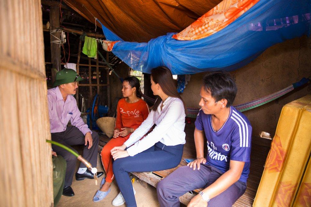 Hoa hau Khanh Ngan ung ho 200 trieu dong cho ba con Phu Yen hinh anh 9