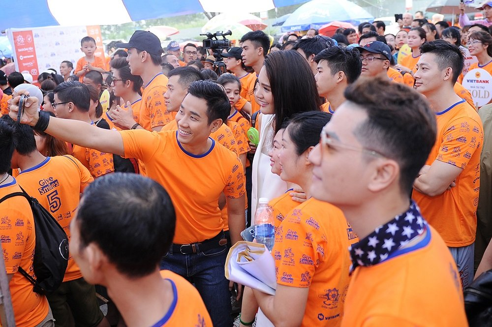 Nguyen Khang, Hoa hau Huong Giang doi mua tham gia chay bo gay quy tu thien hinh anh 5