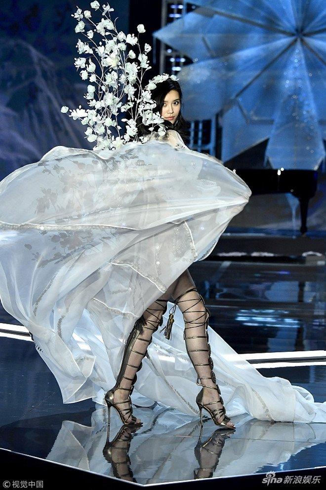 Sieu mau Trung Quoc catwalk loi, nga song soai trong show noi y lon nhat the gioi hinh anh 2