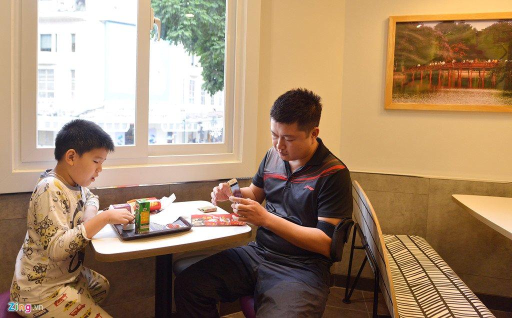 Khach thu do to mo ngay McDonald's mo cua hang dau tien tai Ha Noi hinh anh 11