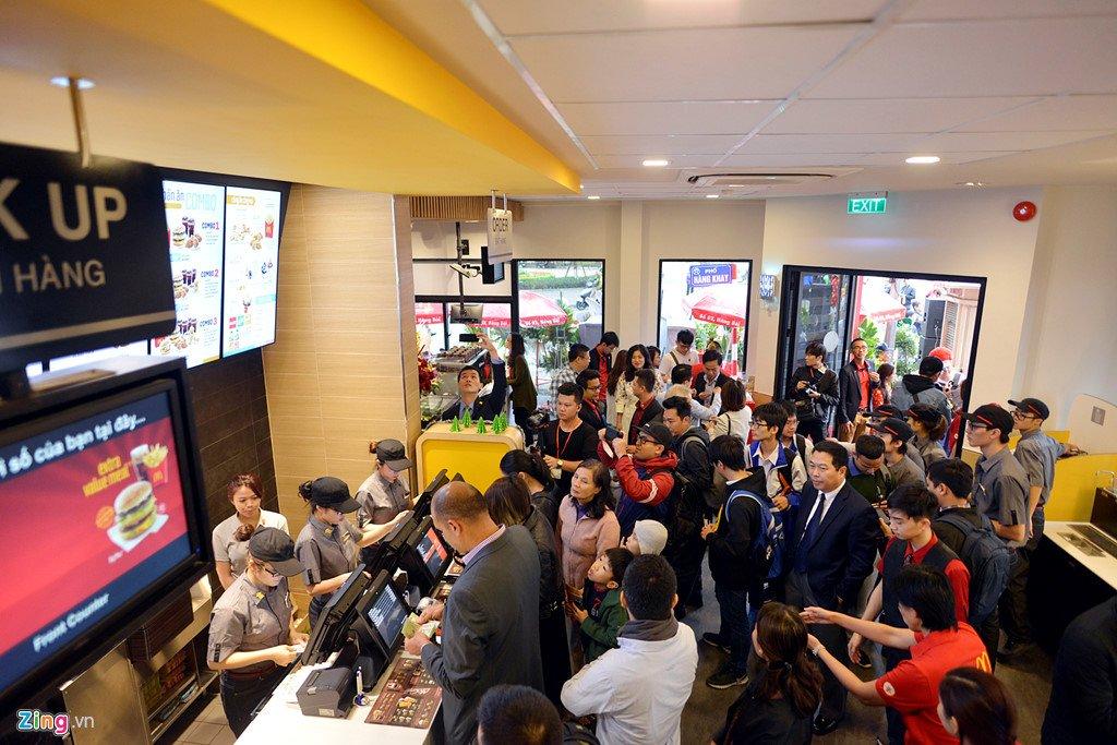 Khach thu do to mo ngay McDonald's mo cua hang dau tien tai Ha Noi hinh anh 7