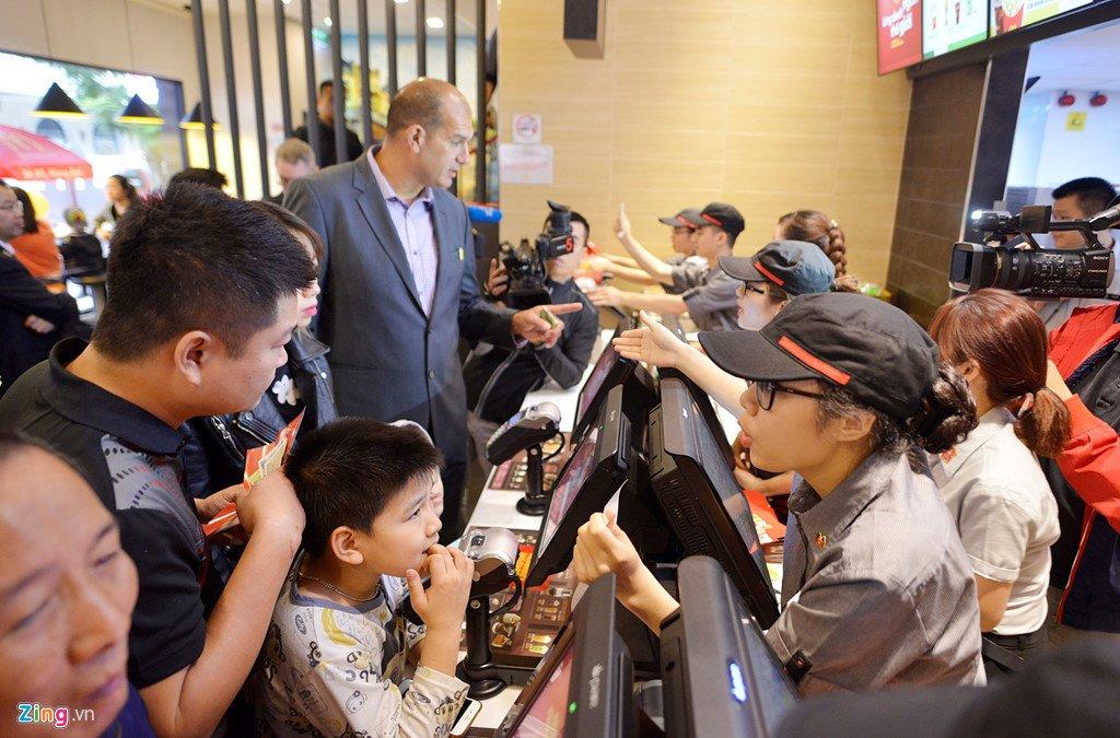 Khach thu do to mo ngay McDonald's mo cua hang dau tien tai Ha Noi hinh anh 8
