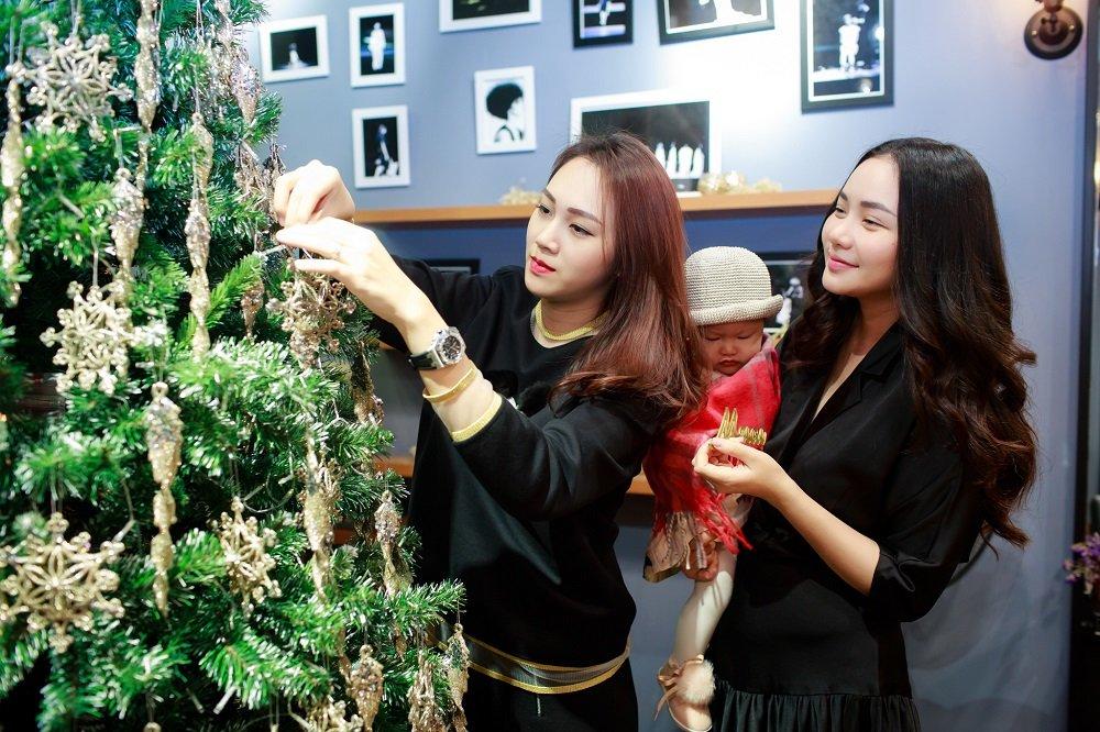 Phan Nhu Thao dua con gai ra Bac huong cai lanh ben ban than Ngoc Thach hinh anh 2
