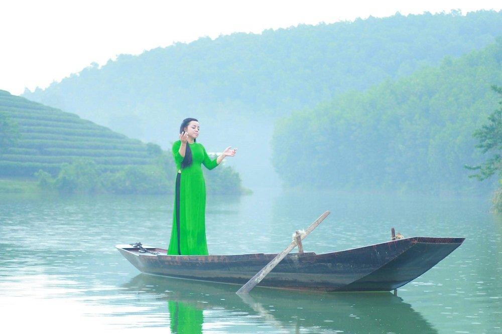 NSUT To Nga mo ve hanh phuc moi trong MV 'Ve xu Nghe cung em' hinh anh 1