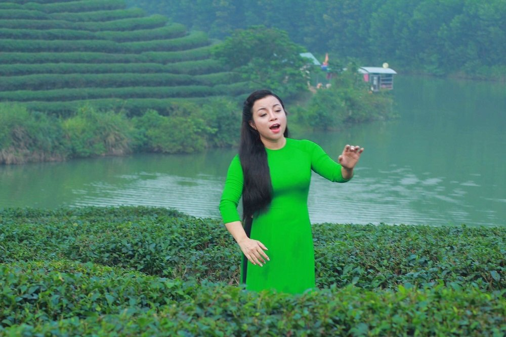 NSUT To Nga mo ve hanh phuc moi trong MV 'Ve xu Nghe cung em' hinh anh 2
