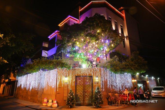 Dam Vinh Hung trang tri biet thu mua Noel hoanh trang khien nhieu nguoi 'choang' hinh anh 1