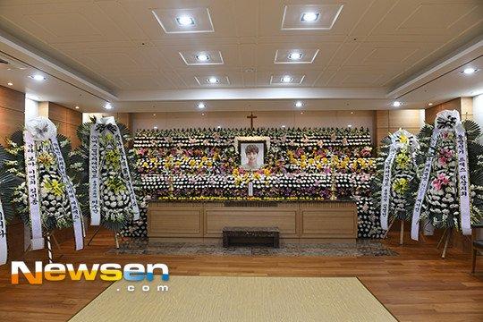 Nguoi ham mo xep hang vao vieng Jong Hyun (SHINee) trong le tang trua 19/12 hinh anh 3