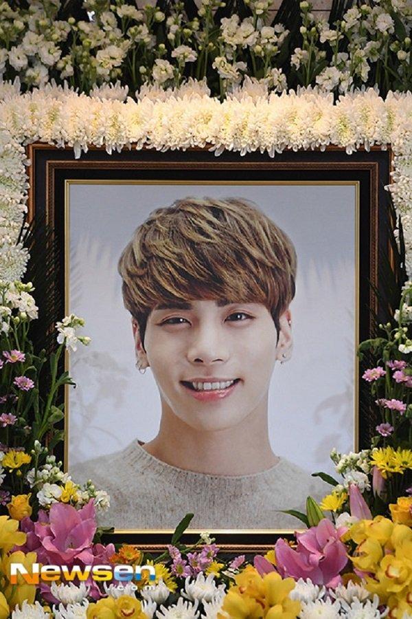 Nguoi ham mo xep hang vao vieng Jong Hyun (SHINee) trong le tang trua 19/12 hinh anh 1