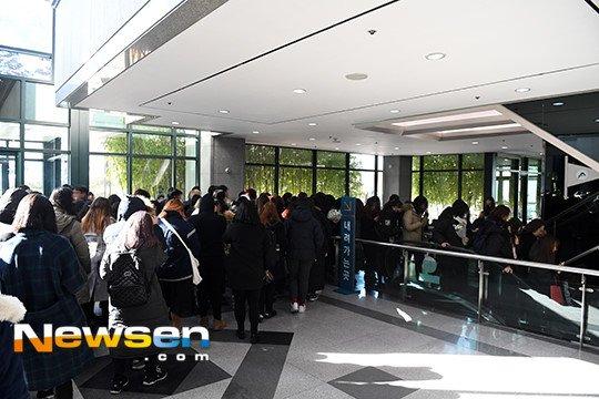 Nguoi ham mo xep hang vao vieng Jong Hyun (SHINee) trong le tang trua 19/12 hinh anh 4