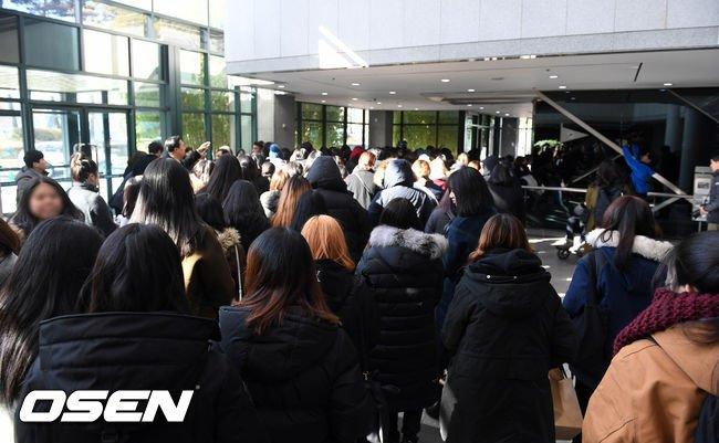 Nguoi ham mo xep hang vao vieng Jong Hyun (SHINee) trong le tang trua 19/12 hinh anh 6
