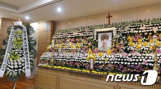 Nguoi ham mo xep hang vao vieng Jong Hyun (SHINee) trong le tang trua 19/12 hinh anh 2