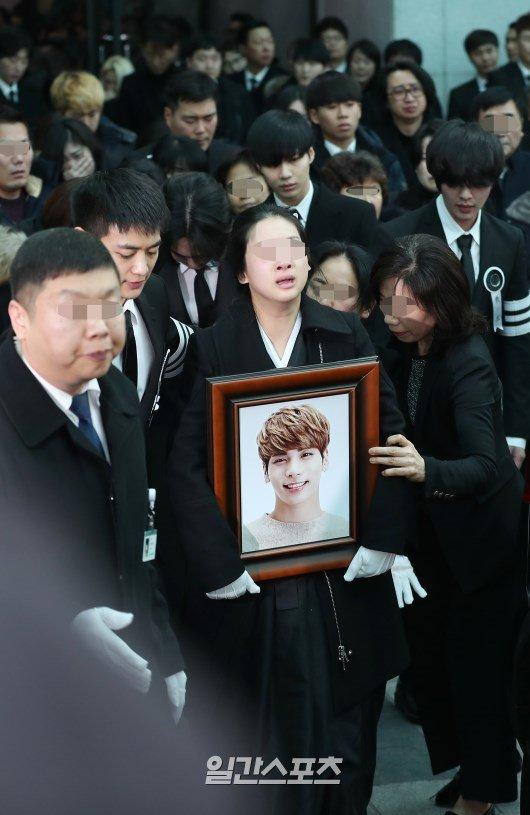 Le dua tang Jong Hyun (SHINee): Chi gai, sao Kpop khoc can nuoc mat hinh anh 11