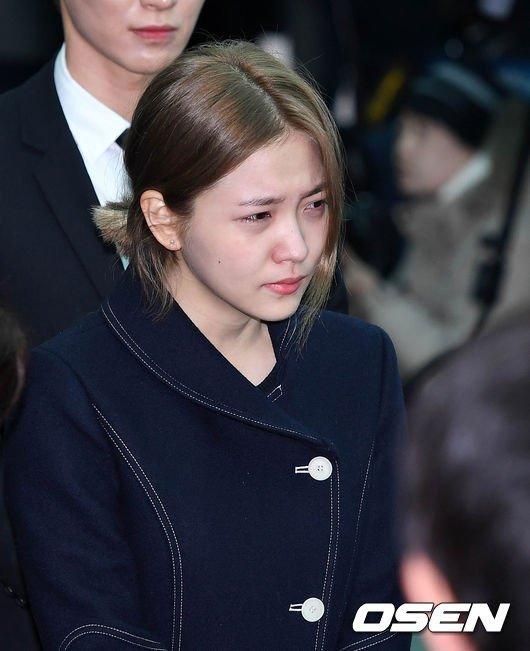 Le dua tang Jong Hyun (SHINee): Chi gai, sao Kpop khoc can nuoc mat hinh anh 12