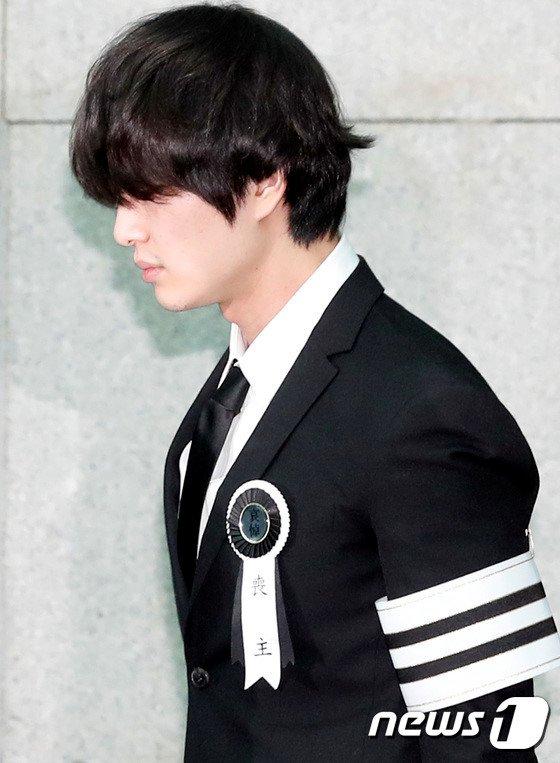 Le dua tang Jong Hyun (SHINee): Chi gai, sao Kpop khoc can nuoc mat hinh anh 13