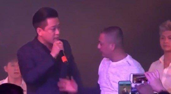 Tuan Hung bi khan gia giat micro khi dang hat hinh anh 1