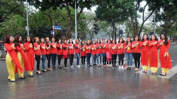 Dan hot girl Ha thanh hat vang Quoc ca co vu U23 Viet Nam hinh anh 1