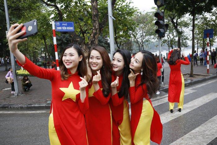 Dan hot girl Ha thanh hat vang Quoc ca co vu U23 Viet Nam hinh anh 7