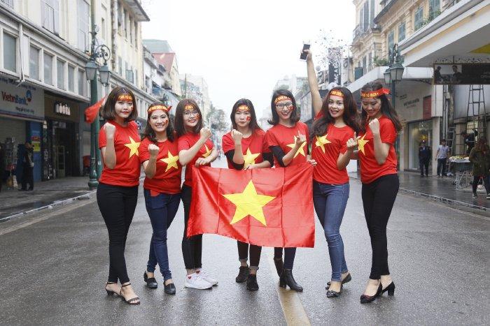 Dan hot girl Ha thanh hat vang Quoc ca co vu U23 Viet Nam hinh anh 6