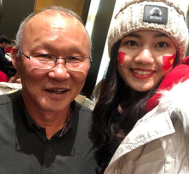A hau Thanh Tu chup anh voi HLV Park Hang-seo, Quang Hai sau chung ket hinh anh 1