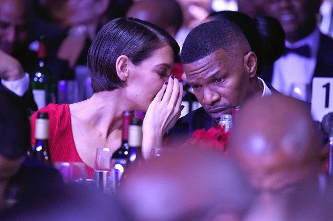 Katie Holmes va ban trai cong khai tinh tu trong tiec Grammy hinh anh 2