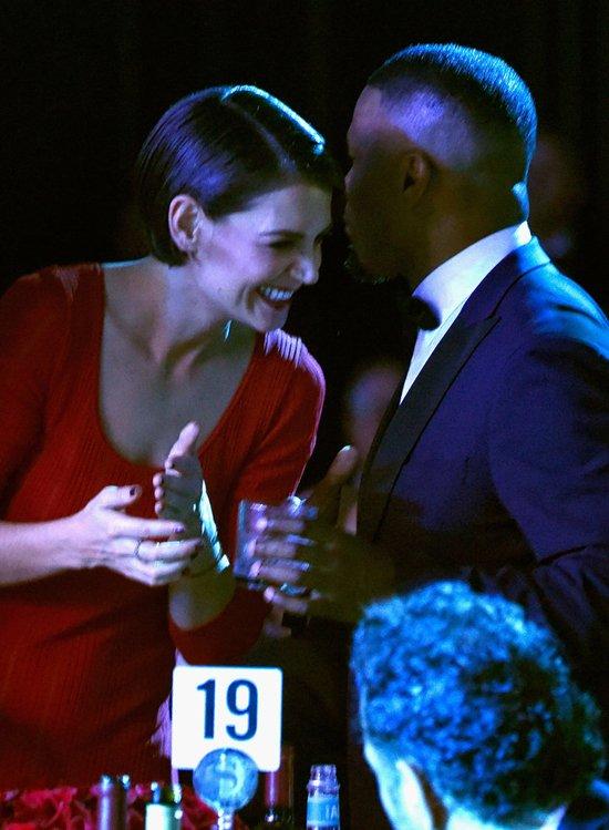 Katie Holmes va ban trai cong khai tinh tu trong tiec Grammy hinh anh 6