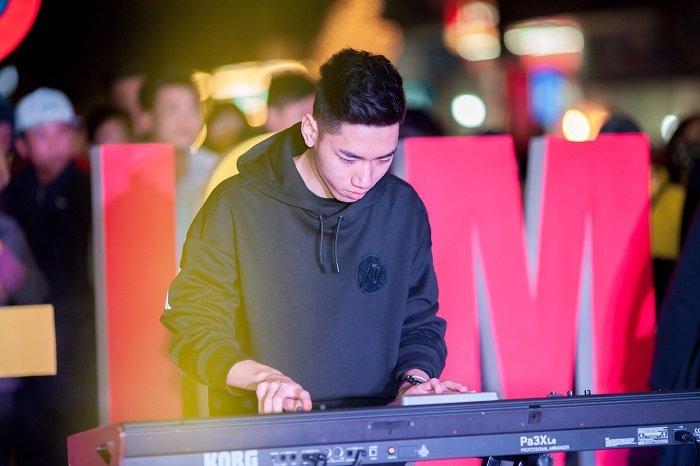 Chang trai vua bit mat vua choi DJ tren organ 'lot xac' ngoan muc hinh anh 2