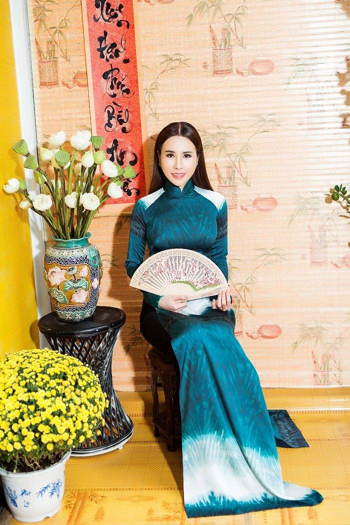 Hoa hau Hoang Dung yeu kieu trong ta ao dai don xuan hinh anh 7