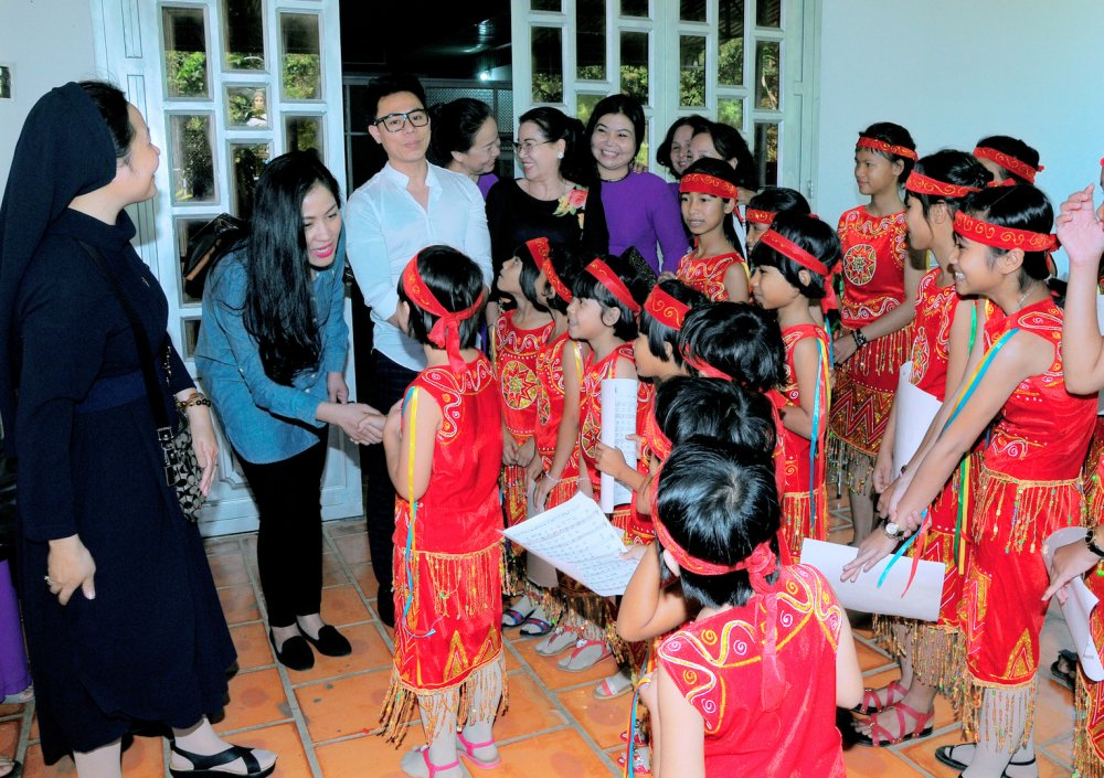 Nhac si Vu Thanh An khanh thanh mai am cho cac em nho tai Binh Phuoc hinh anh 2