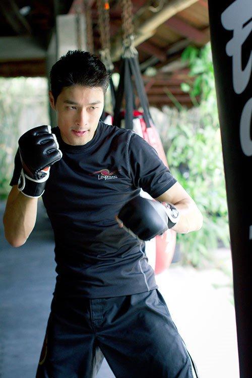 Johnny Tri Nguyen khong tiep Flores hinh anh 2
