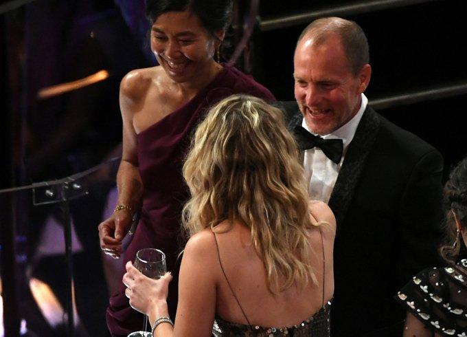Co dao Jennifer Lawrence ven vay treo qua ghe trong khan phong Oscar hinh anh 4