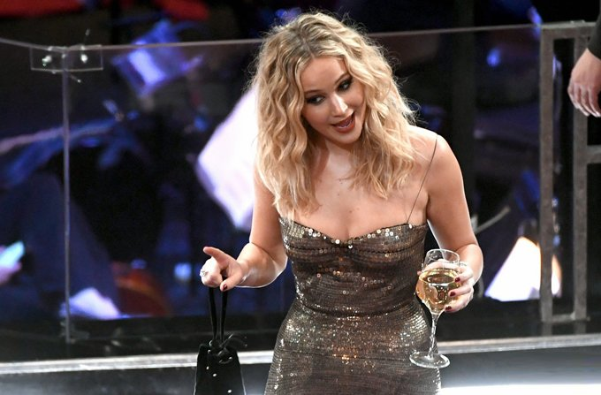 Co dao Jennifer Lawrence ven vay treo qua ghe trong khan phong Oscar hinh anh 3