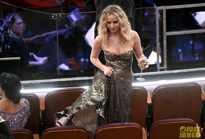 Co dao Jennifer Lawrence ven vay treo qua ghe trong khan phong Oscar hinh anh 2