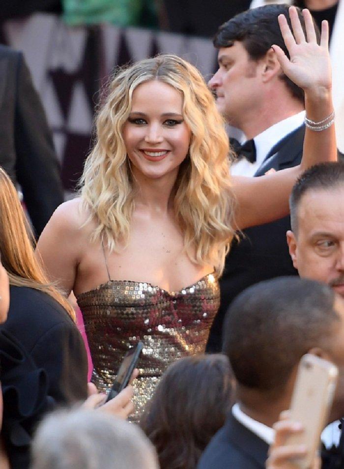 Co dao Jennifer Lawrence ven vay treo qua ghe trong khan phong Oscar hinh anh 7